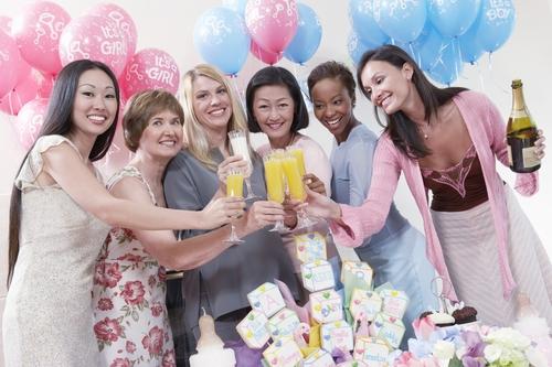 Freundinnen feiern eine Babyparty