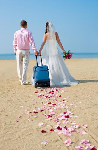Frisch verheiratetes Paar startet Hochzeitsreise