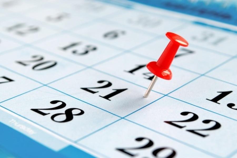 Kalender mit roter Nadel drin