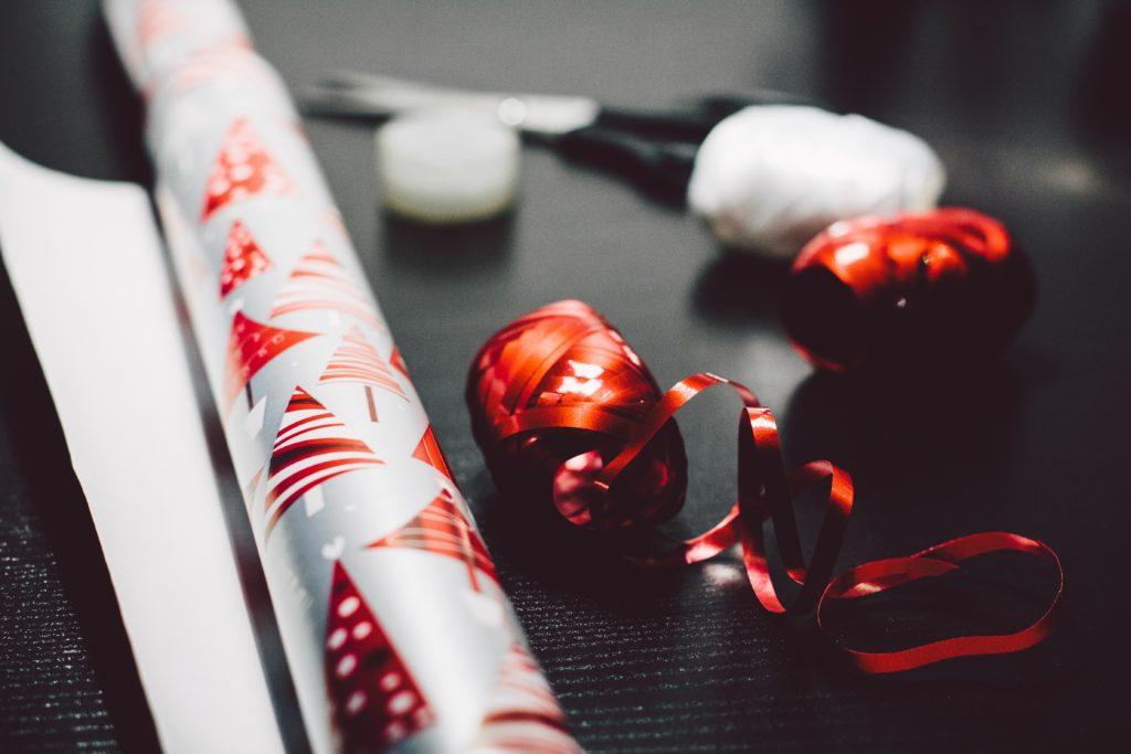 Weihnachtsgeschenke Geschenkpapier und Band
