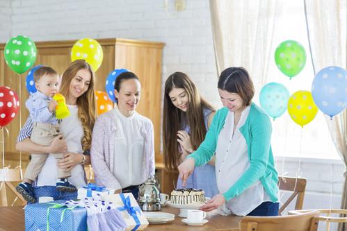 Schwangere mit Freundinnen bei Babyparty