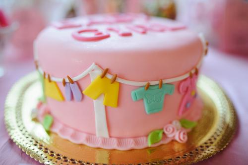 Dekorierter rosa Kuchen fuer Babyparty
