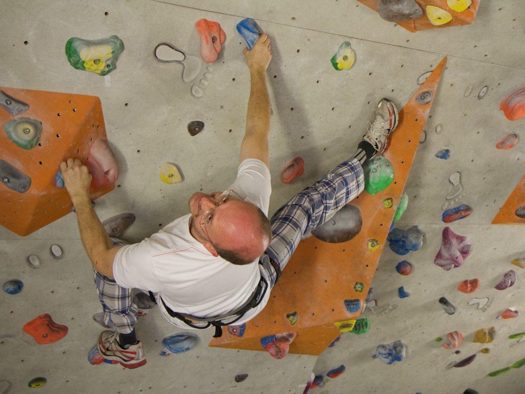 Kletterer in Boulderhalle