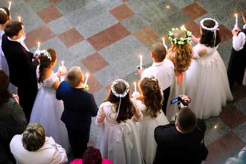 Kinder bei der Konfirmation