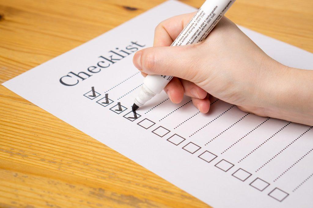Checkliste wird abgehakt vom Trauzeugen