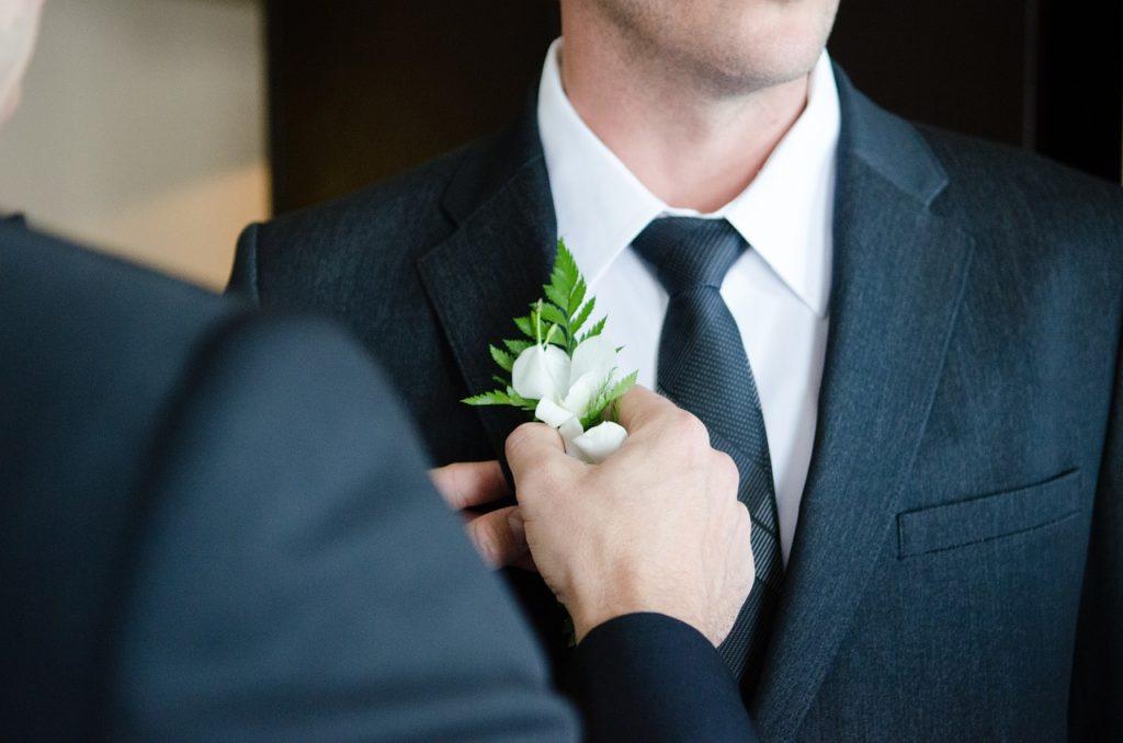 Braeutigam mit weisser Blume am Revers