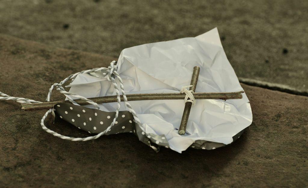 holzkreuz in geschenkpapier