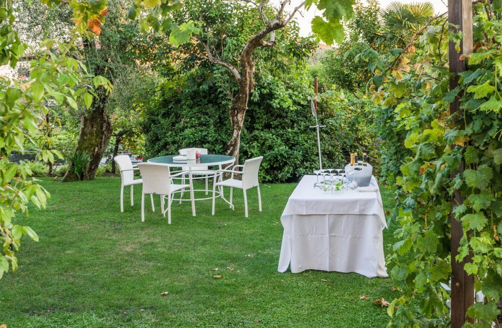 Tische und Bänke im Garten für Gartenparty